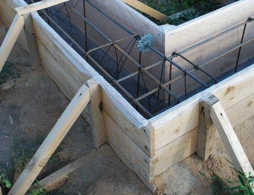 Ленточный фундамент также используется на вечномерзлом грунте. Преимущественно - незаглубленный.