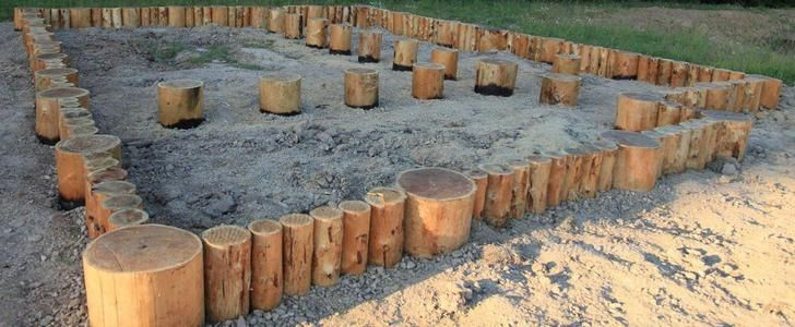 Забивной фундамент на деревянных сваях.