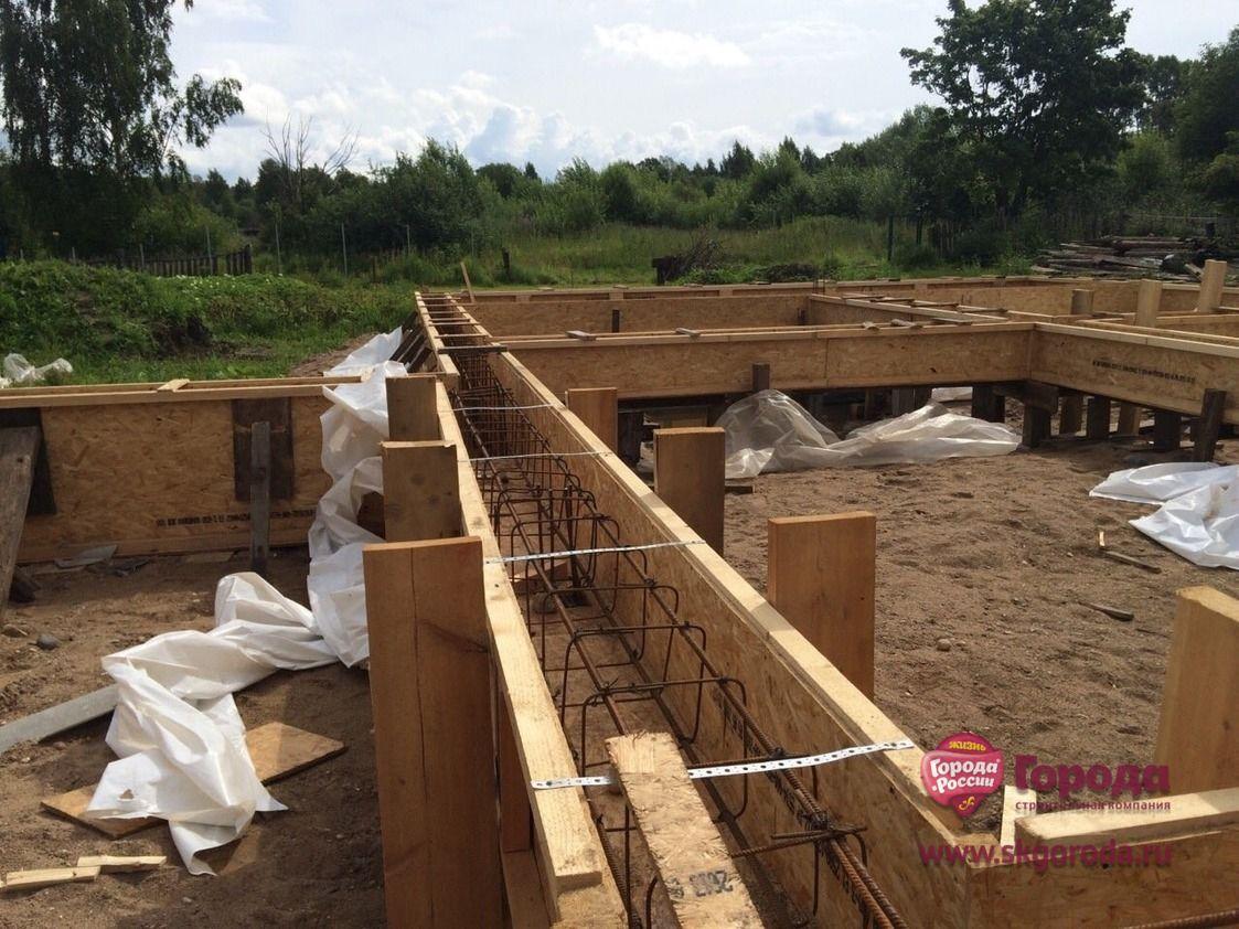 Готовая деревянная опалубка на бетонных сваях.
