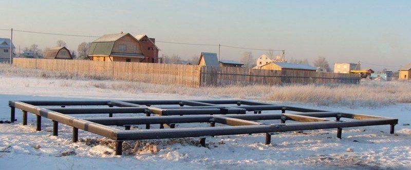 Свайно-винтовой фундамент, возведенный зимой.