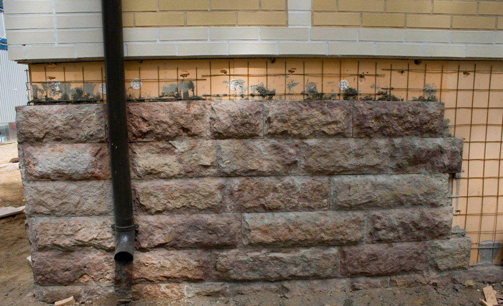 Искусственный камень прекрасно смотрится при его использовании на фундаменте.