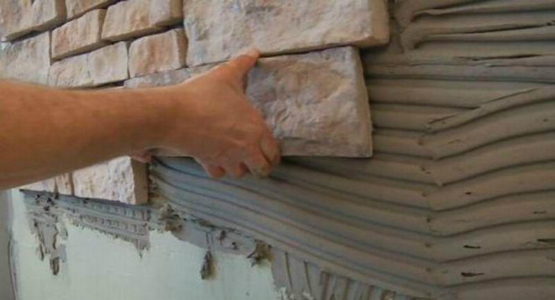 Кладка искусственного камня для отделки свайного фундамента.