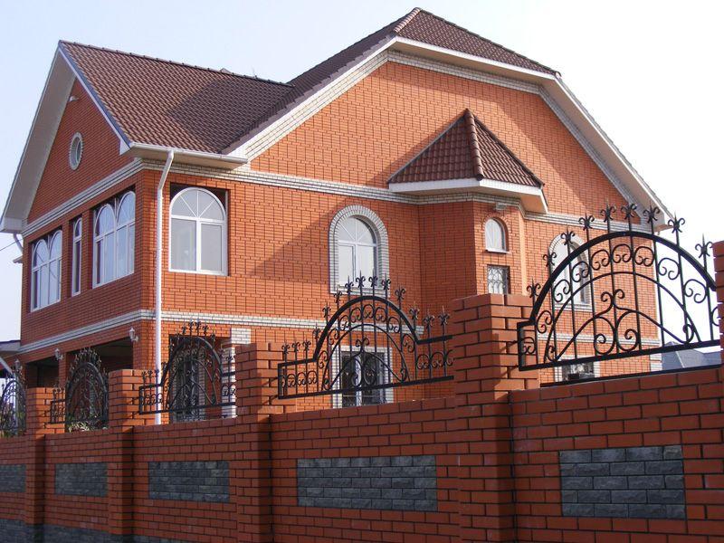 Дом, облицованный красным кирпичом.