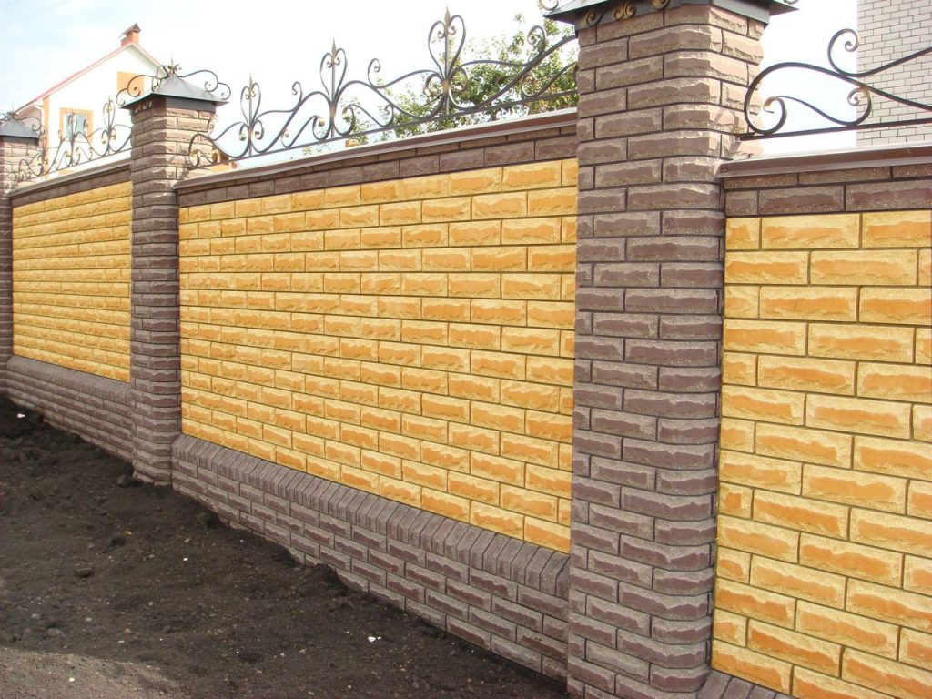 Декоративный облицовочный кирпич окрашенный в желтый цвет.