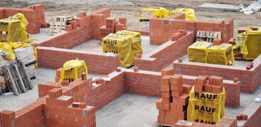 Постройка стен здания из поризованного кирпича.