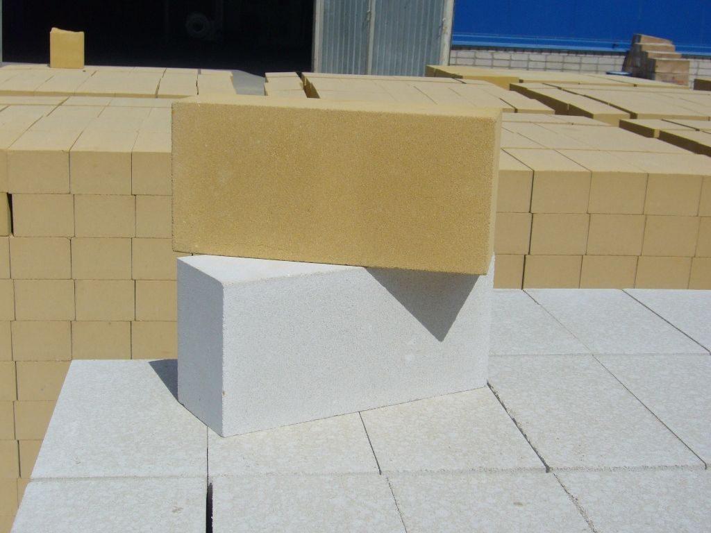 Белый и желтый силикатный кирпич.