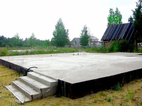 Монолитная плита - рекомендованный к возведению на насыпных грунтах фундамент.