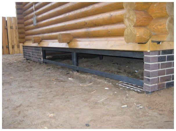 Навесной цоколь, закрывающий фундамент с обвязкой профтрубой.