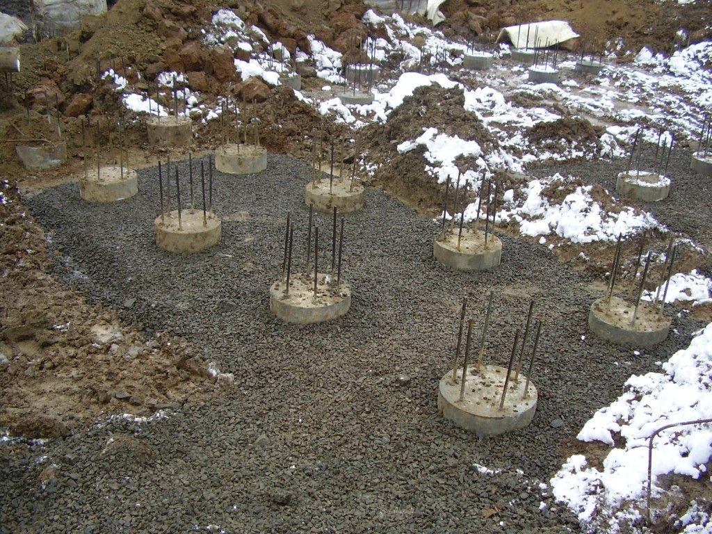 Установка свай после выемки грунта.
