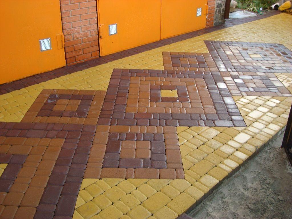 Тротуар из клинкерного камня, преимущественно желтого цвета.