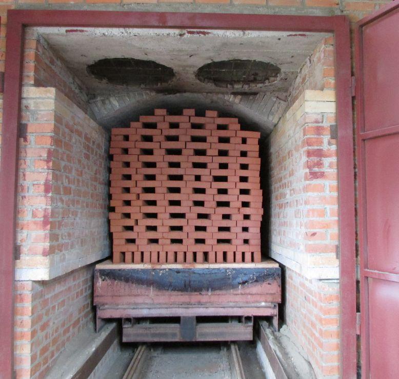 Обжиг керамического кирпича при изготовлении.
