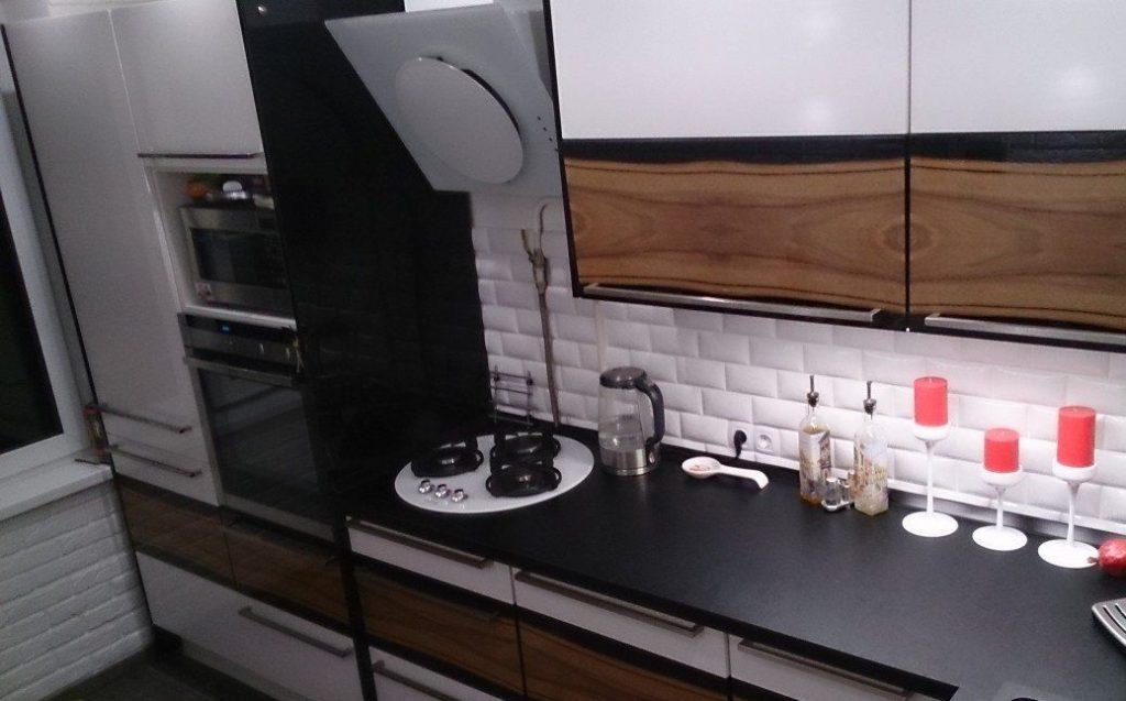Кухня в стиле лофт, стены которой выполнены из декоративной облицовки.