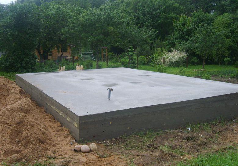 Готовый плитный фундамент под небольшой дом.
