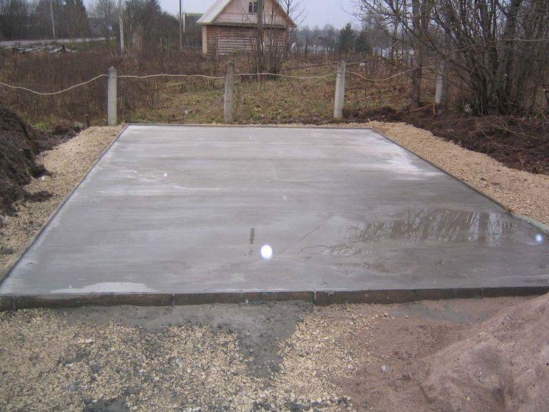 Готовый монолитный фундамент необходимо просушить несколько недель до момента начала строительства стен.