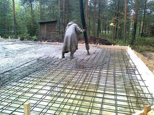 Заливка монолитной плиты с использованием бетононасоса.