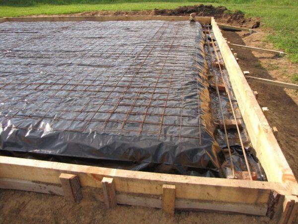 Монолитная плита прекрасно подойдет как основание для тяжелого дома, а также выручит на подвижных пучинистых и песчаных грунтах.